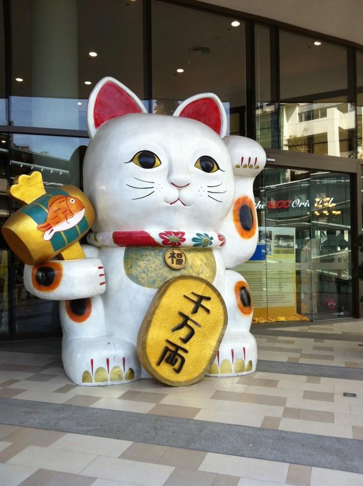 入り口で出迎える大きな招き猫