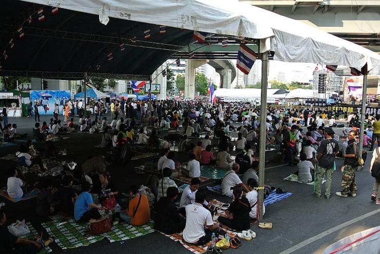MRTシーロム駅前のデモ会場