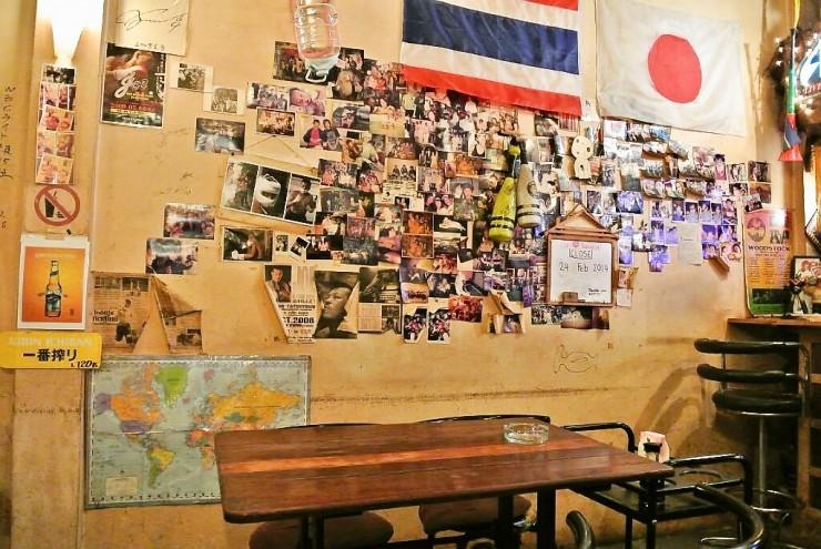 常連さんの写真やプロボクサーのサインが飾られる店内